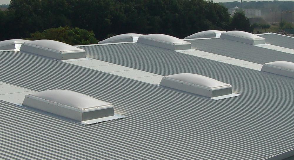 Einbaufertige Lichtkuppeln für Industrie- und Gewerbebauten