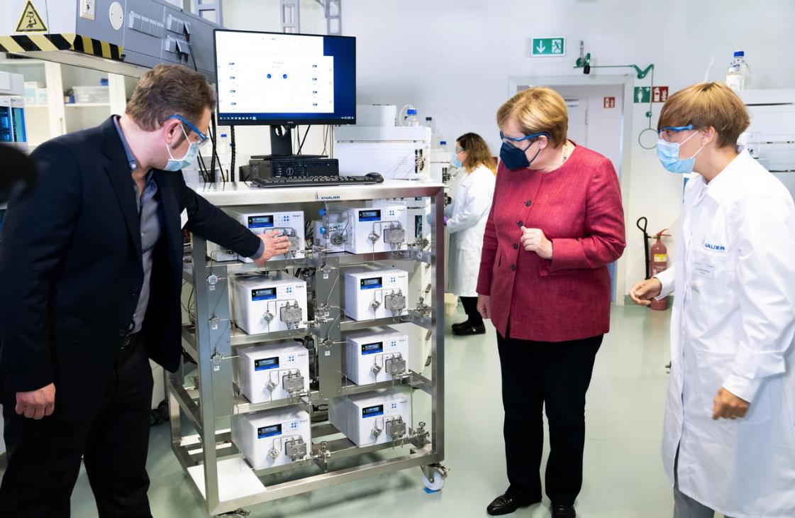 Angela Merkel besuchte Labormessgerätehersteller KNAUER, der Anlagen für die Corona-Impfstoffherstellung produziert
